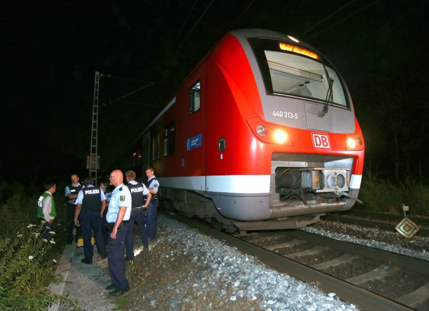 18 juillet 2016:Allemagne - Un jeune demandeur d'asile qui affirme être afghan (la police pense qu'il pourrait être pakistanais) blesse cinq personnes, dont deux grièvement, dans un train régional en les attaquant à la hache et au couteau. Il est tué par la police. L'EI revendique l'attaque. (PHOTO Karl-Josef Hildenbrand, AFP)
