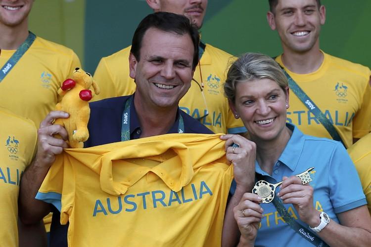 Kitty Chiller, chef de la délégation australienne, tient... (PHOTO REUTERS)