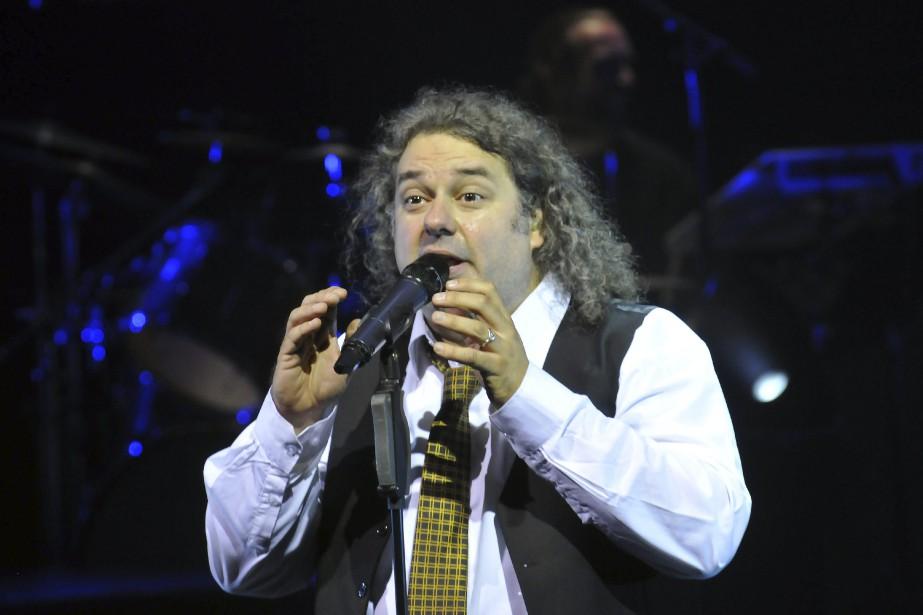 Le directeur artistique Pierre Doré cumule les rôles de chanteur, de musicien et de chef d'orchestre. (Photo Le Quotidien, Rocket Lavoie)