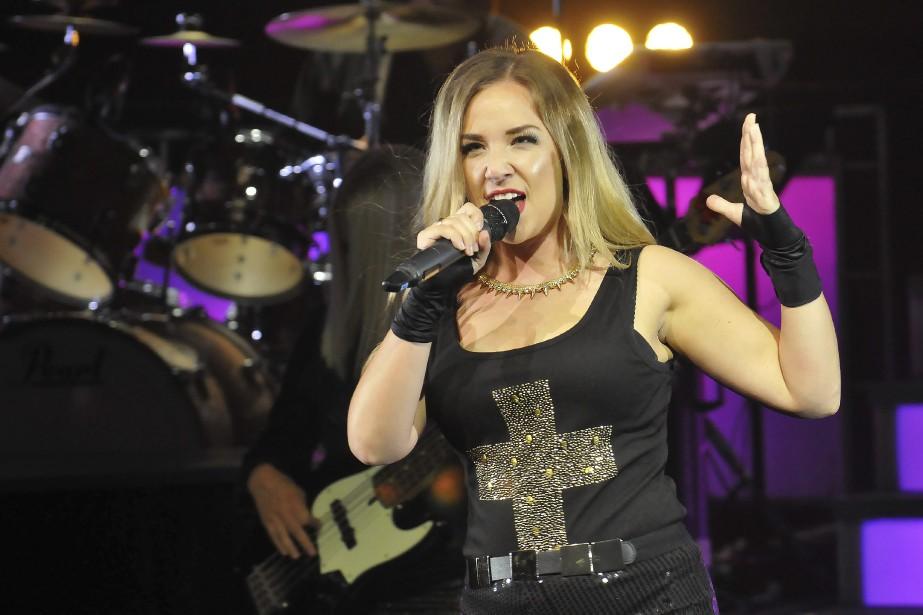 Émy Harvey-Fournier se fond totalement dans la peau des chanteuses dont elle interprète les chansons, comme Marie-Mai. (Photo Le Quotidien, Rocket Lavoie)