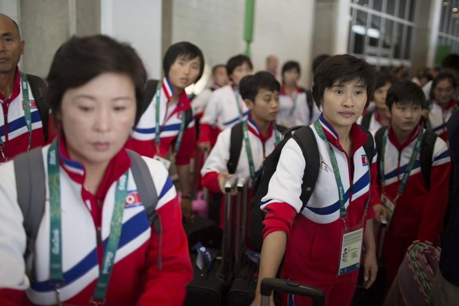 Les membres de l'équipe olympique nord-coréenne arrivent à... (photo Leo Correa, AP)