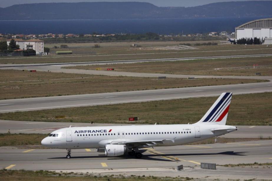 Un avion d'Air France sur le tarmac.... (PHOTO REUTERS)