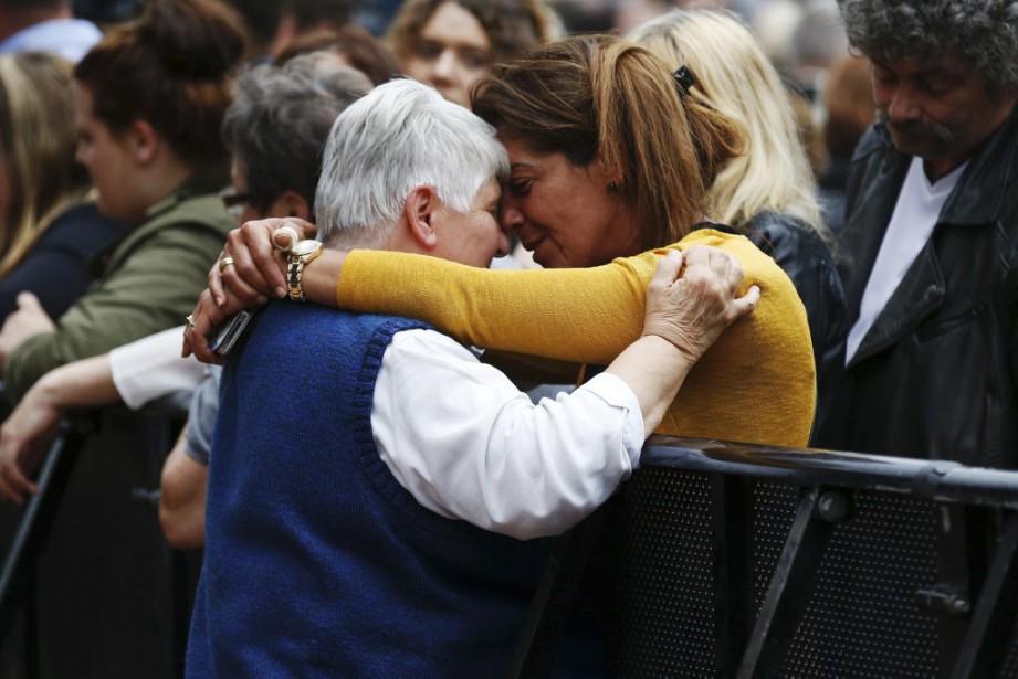 Des femmes pleurent lors d'une cérémonie àSaint-Étienne-du-Rouvray, où... (PHOTO CHARLY TRIBALLEAU, AFP)