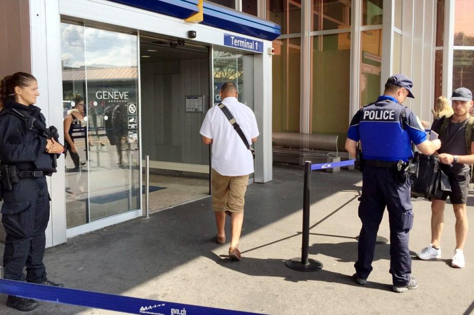 Des policiers suisses contrôlent des voyageurs à l'entrée... (photo Marina Depetris, archives REUTERS)