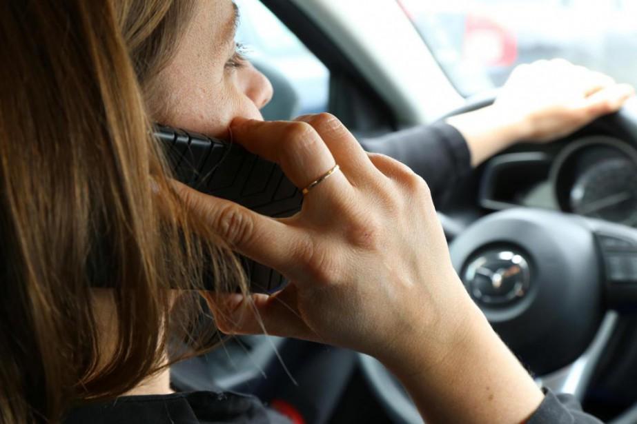 Conduire avec un cellulaire à la main est... (PHOTO JANICK MAROIS, ARCHIVES LA VOIX DE L'EST)