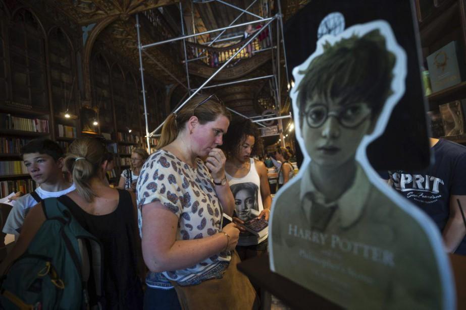 Des touristes visitent la librairie Lello à Porto.... (PHOTO AFP)