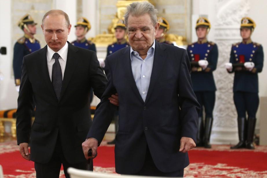 Vladimir Poutine et Fazil Iskander, en 2014.... (PHOTO ARCHIVES AGENCE FRANCE-PRESSE)