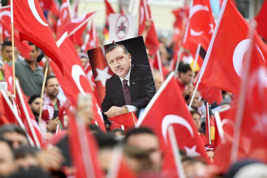 Les manifestants agitaient des milliers de drapeaux turcs... (Photo Martin Meissner, Associated Press)