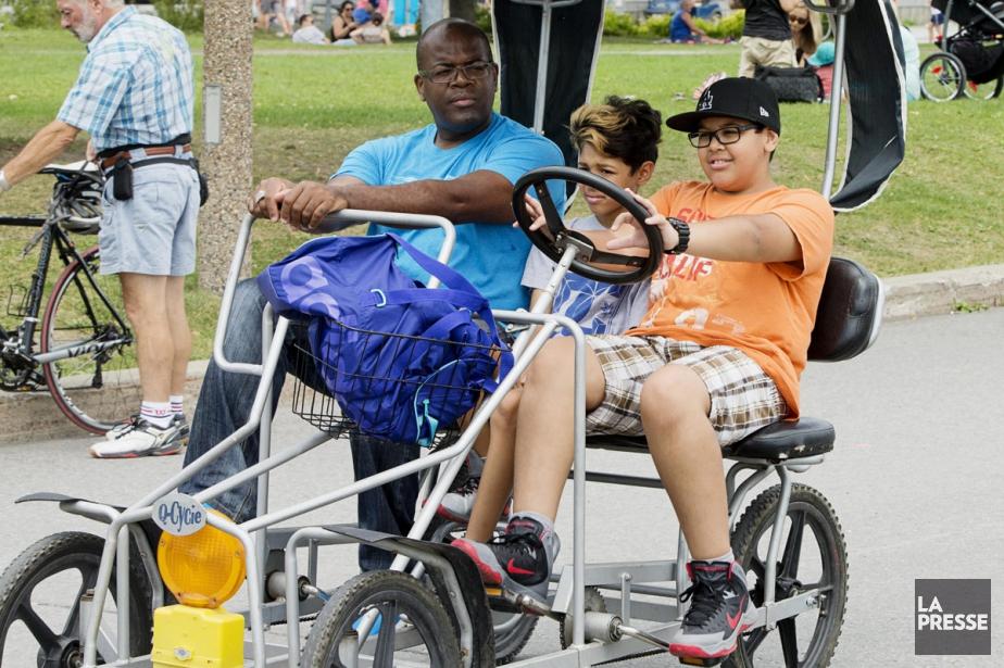 Des touristes dans le Vieux-Montréal.... (PHOTO ALAIN ROBERGE, ARCHIVES LA PRESSE)