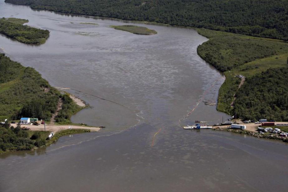 Des nappes de pétrole recouvrent la rivière Saskatchewan,... (PhotoJason Franson, La Presse Canadienne)