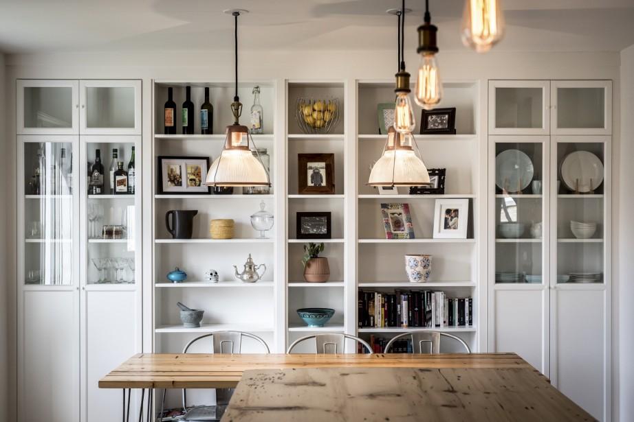 Dans la salle à manger, Grégory a savamment intégré au mur cinq bibliothèques IKEA. (Photographie Atypic)