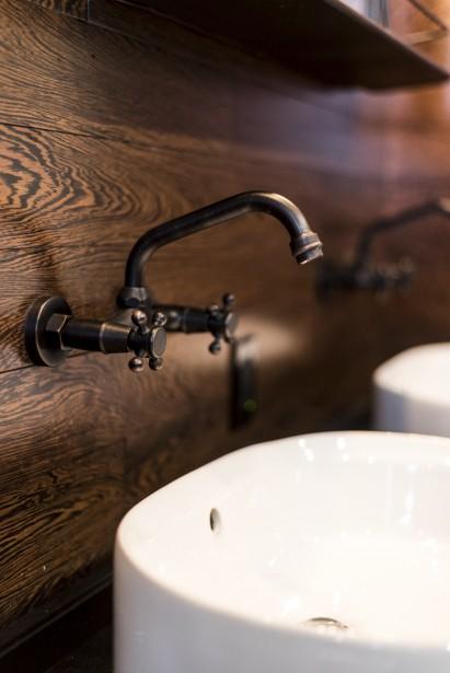 Dans la salle de bain, Azélie a utilisé au mur une «fin de ligne» de bois, comme dans la chambre. Une astuce peu coûteuse. (Photographie Atypic)