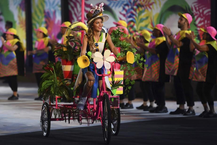 L'entrée de chaque délégation était précédée par une figurante en triporteur aux couleurs acidulées. (AFP, Jewel SAMAD)