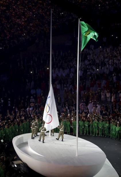 Le drapeau olympique a été érigé en fin de soirée. (AP, Matthias Schrader)