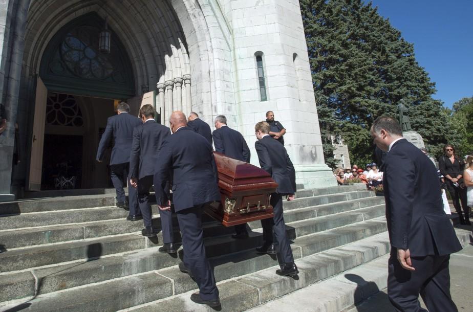 L'entrée du cercueil de Sylvie Roy, à la Cathédrale de l'Assomption de Trois-Rivières. (La Presse Canadienne, Paul Chiasson)