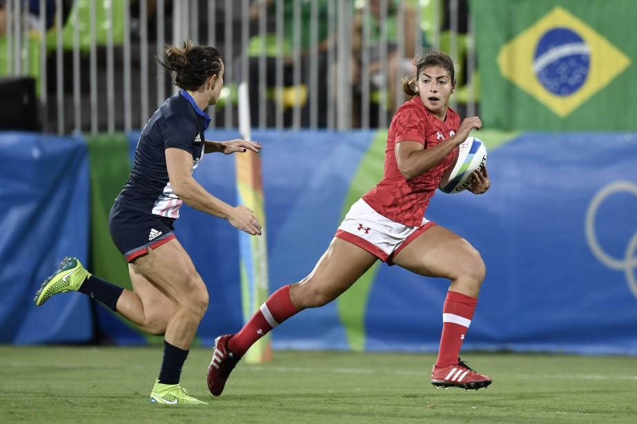 La Canadienne Bianca Farella (à droite) tente de distancer une adversaire avec le ballon. (Photo Philippe Lopez, AFP)