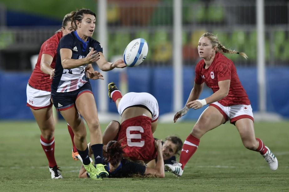 La Britannique Alice Richardson (en bleu) effectue une passe. (Photo Philippe Lopez, AFP)