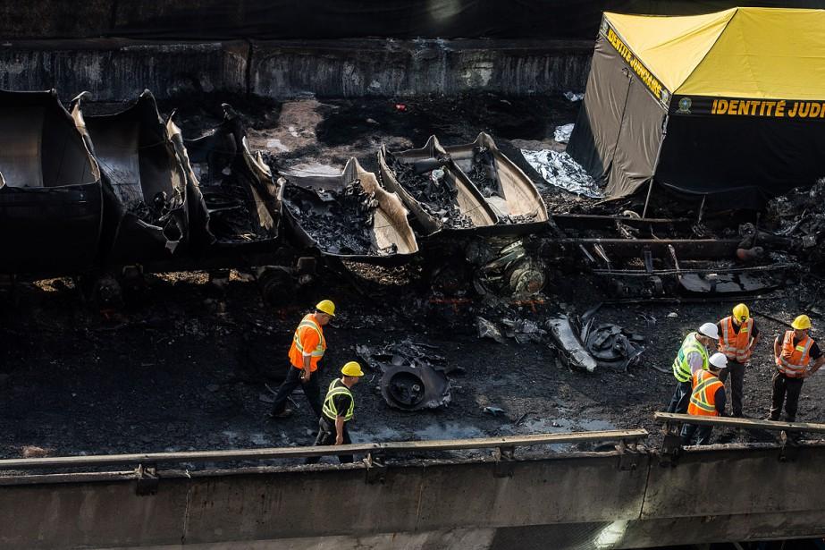 Les reconstitutionnistes ont passé le reste de la nuit à établir les circonstances de l'accident (PHOTO ÉDOUARD PLANTE-FRÉCHETTE, LA PRESSE)