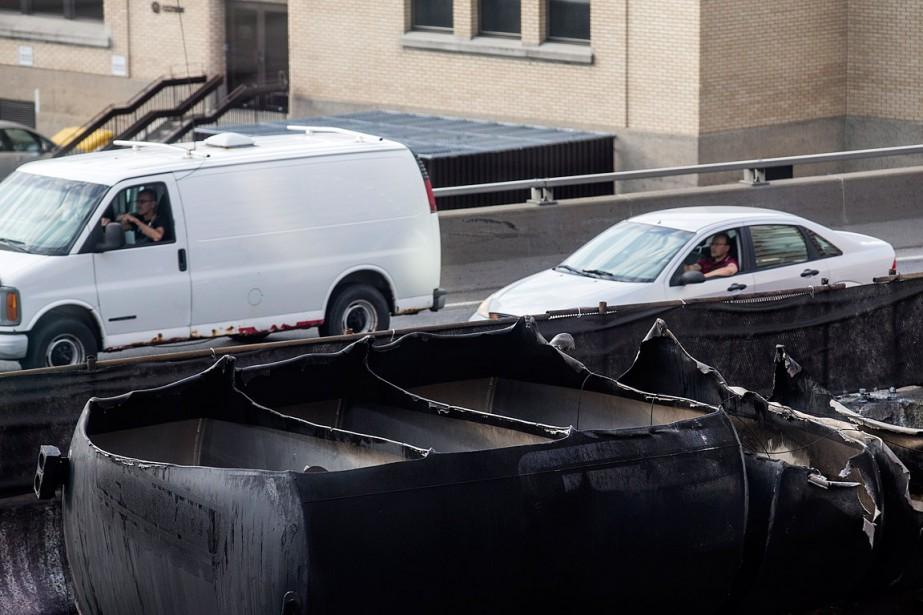 Les automobiles circulent en direction est en passant tout près du lieu de l'explosion. (PHOTO ÉDOUARD PLANTE-FRÉCHETTE, LA PRESSE)