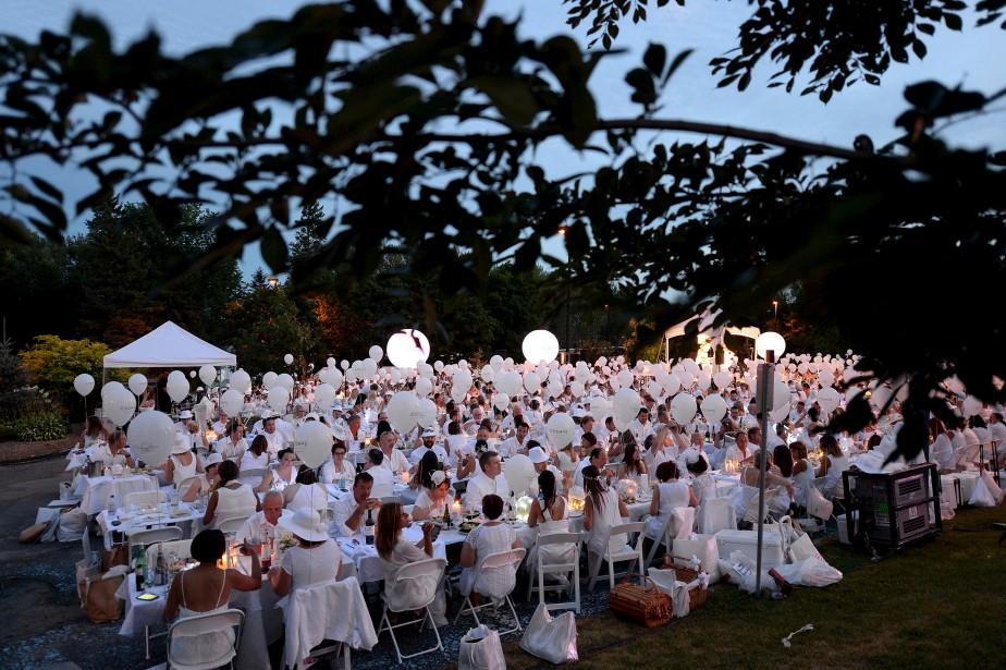 Deux mille convives immaculés tirés à quatre épingles ont participé à cette soirée très glamour. (Le Soleil, Erick Labbé)