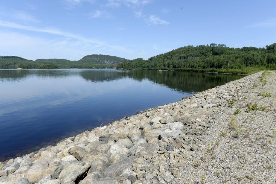 Grand lacHa! Ha! (Aujourd'hui) / La nouvelle digue a été construite plus en hauteur que le nouveau barrage. M. Gauthier ne peut par ailleurs oublier les travaux majeurs dans le secteur des Eaux mortes (entre les kilomètre 10 et 14). «Quand le lac s'est vidangé, ce sont 18000 m3/s qui sont arrivés à la Chute à Perron et qui ont emporté 6,9 millions de mètres cubes de sable sur deux kilomètres!» se rappelle-t-il. (Archives Le Progrès-Dimanche, Jeannot Lévesque)