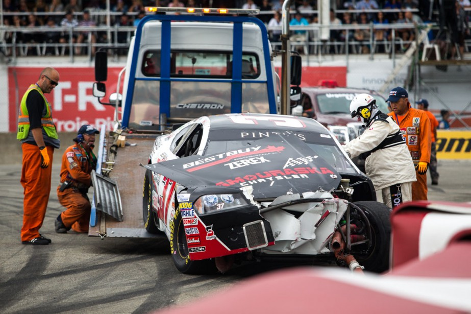 Simon Dion-Viens a démoli son bolide en ratant son freinage au premier virage de la course NASCAR. | 14 août 2016