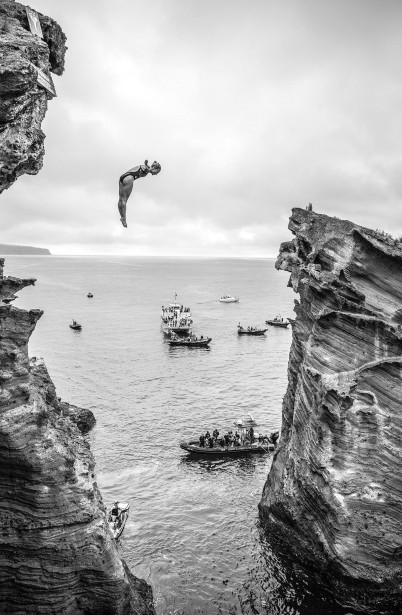 Lysanne Richard plonge ici lors de la compétition Red Bull Cliff Diving qui s'est déroulée aux Açores, en juillet. (Photo courtoisie, redbull content pool, photo romina amato)