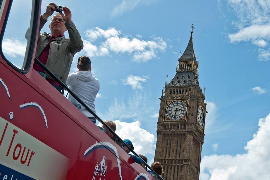 Un touriste prend des photos de Big Ben... (PHOTO WILL OLIVER, ARCHIVES AFP)