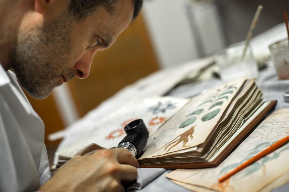 Un scientifique contrôle la qualité de la copie.... (AFP)