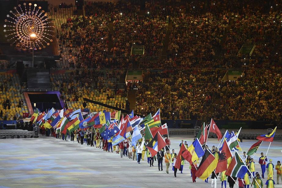Les athlètes ont défilé dans le stade avec les drapeaux de leurs pays. (AFP, LUIS ACOSTA)