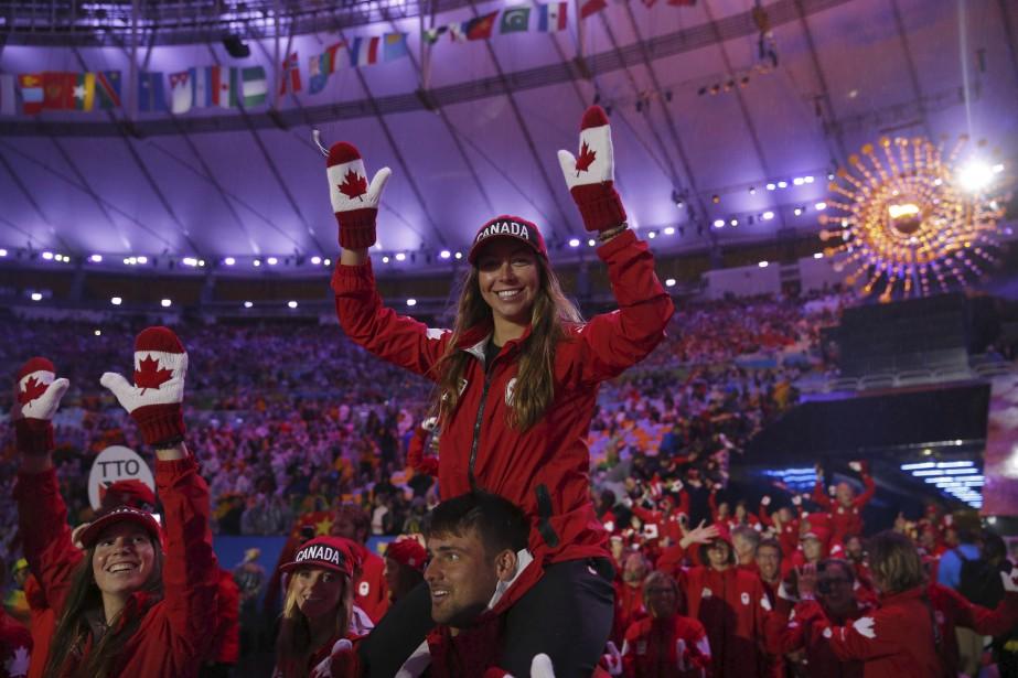 Des Canadiens posent fièrement lors du défilé des athlètes. (AFP, Odd ANDERSEN)