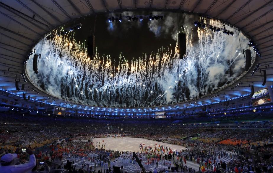 Comme pour la cérémonie d'ouverture, des feux d'artifice ont illuminé le stade Maranaca en clôture des Jeux de Rio. (AP, Vincent Thian)