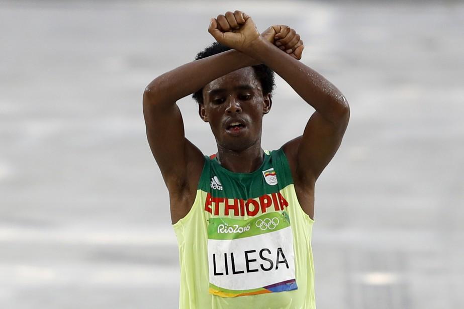 Le marathonien éthiopien Feyisa Lilesa a franchi la... (PHOTO AFP)