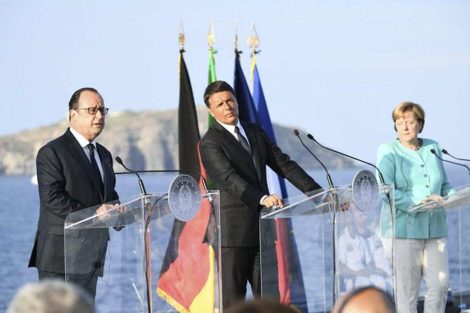 Le président français François Hollande, la chancelière allemande... (PHOTO VINCENZO PINTO, AFP)