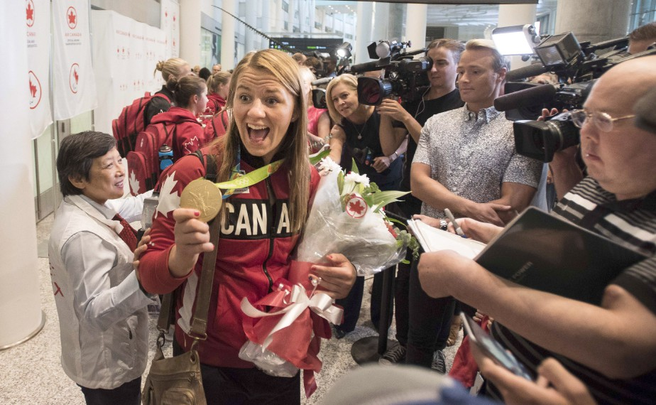 La lutteuse médaillée d'or Erica Wiebe à son arrivée à l'aéroport international Pearson de Toronto. (Photo Aaron Vincent Elkaim, PC)