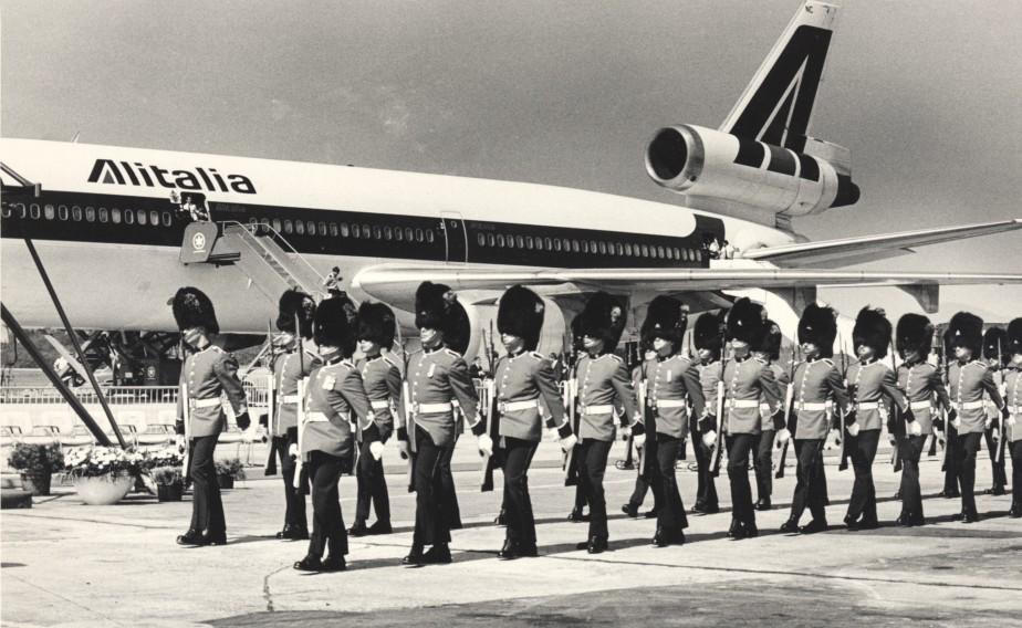 Le Bon Berger, le DC-10 d'Alitalia transportant le pape Jean-Paul II, s'Est posé en septembre 1984 à l'aéroport de Québec. La garde du Royal 22e Régiment a accueilli le souverain pontife. (Archives Le Soleil, Raynald Lavoie)