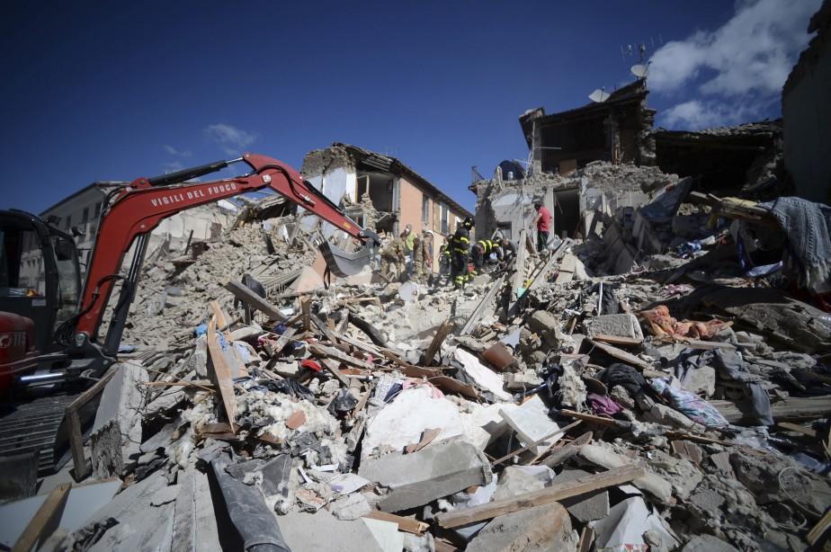 À Amatrice, comme dans plusieurs villages du centre de l'Italie, les secouristes recherchent désespérément des survivants dans les décombres. (AFP, Filippo Monteforte)