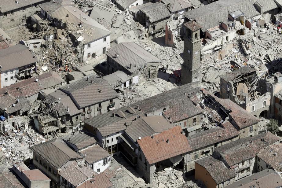 Cette photo aérienne du village d'Amatrice montre bien l'ampleur des dégâts causés par la secousse de magnitude 6 qui a frappé le centre de l'Italie dans la nuit de mardi à mercredi. (AP, Gregorio Borgia)