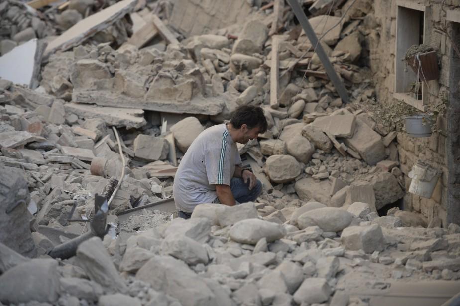 Un homme est bouleversé à la suite du tremblement de terre puissant en Italie. (AFP, Filippo Monteforte)
