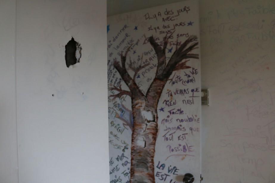 En plus des nombreux graffitis, il y a de nombreux trous dans les murs de l'appartement. (Audrey Tremblay, Le Nouvelliste)