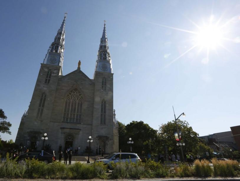 C'est un ciel bleu qui accueillait le défunt député d'Ottawa-Vanier, Mauril Bélanger, samedi matin à la basilique-cathédrale Notre-Dame d'Ottawa. (Simon Séguin-Bertrand, LeDroit)