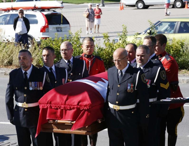 Le cercueil de Mauril Belanger est porté vers la basilique-cathédrale Notre-Dame d'Ottawa. (Simon Séguin-Bertrand, LeDroit)