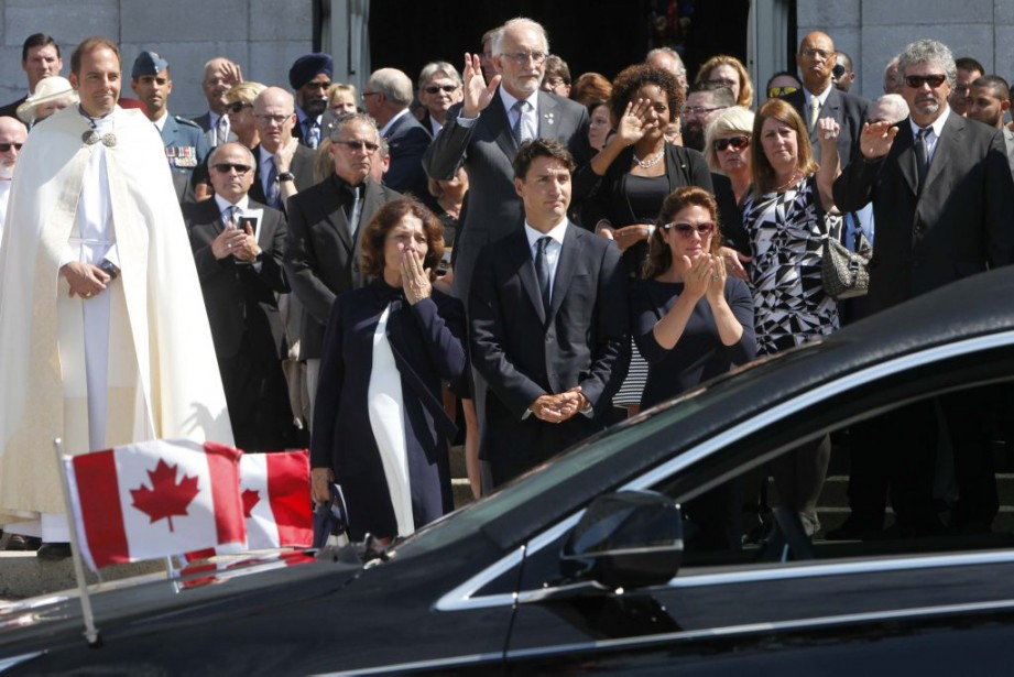 La foule observe, silencieuse, le départ du corbillard. (Simon Séguin-Bertrand, LeDroit)