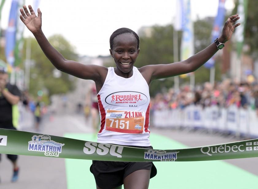 Jane Murage, de Surrey en Colombie-Britannique, a été la première femme à boucler le parcours de 21,1 km en 01:20:47.9 (18e rang au total). (Le Soleil, Yan Doublet)