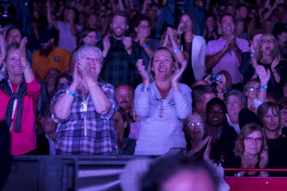 Les 9000 spectateurs avaient le coeur à la fête mardi soir lors du premier spectacle de Céline Dion à l'Amphithéâtre Cogeco de Trois-Rivières. | 31 août 2016