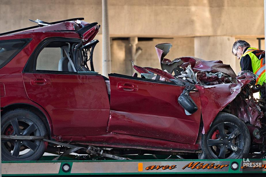 La voiture s'est encastrée sous le camion qui... (Photo Patrick Sanfaçon, La Presse)