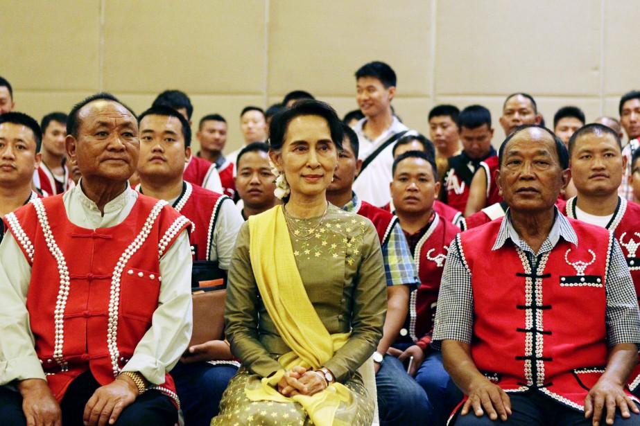 Aung San Suu Kyi au centre de membres... (Photo Aung Shine Oo, archives Associated Press)