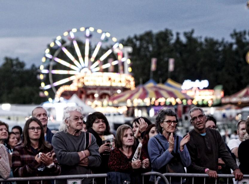 Profitant du temps clément, les festivaliers ont convergé par milliers au parc de la Baie jeudi soir, au jour 1 du 29<sup>e</sup> FMG, que ce soit pour profiter des manèges ou assister aux spectacles sur la scène principale. (Simon Séguin-Bertrand, LeDroit)