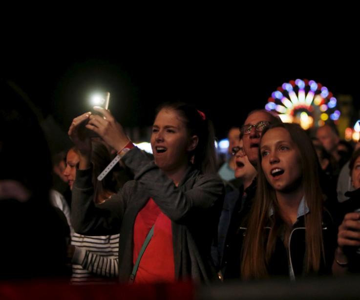 Profitant du temps clément, les festivaliers ont convergé par milliers au parc de la Baie jeudi soir, au jour 1 du 29<sup>e</sup>FMG, que ce soit pour profiter des manèges ou assister aux spectacles sur la scène principale. (Simon Séguin-Bertrand, LeDroit)