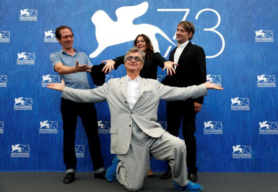 Le réalisateur Win Wenders est entouré des acteurs... (PhotoAlessandro Bianchi, Reuters)